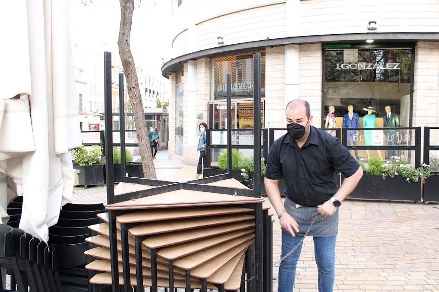 Profesional de hostelería de Aguaviva ultimando el cierre.