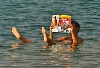 Photo: Zeitunglesen im Toten Meer - ein beliebtes Fotomotiv. Möglich gemacht wird das durch die hohe Auftriebskraft des Wassers mit seinem Salzgehalt von 33 %.  (Zum Vergleich: Salzgehalt des Mittelmeeres durchschnittlich 3,8 %) Der hohe Salzgehalt hilft auch gegen Hautkrankheiten wie Neurodermitis und Psoriasis.