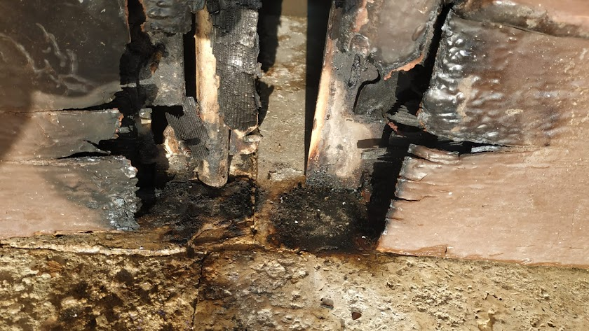 La puerta de la ermita de Torregarcía ha sido quemada.