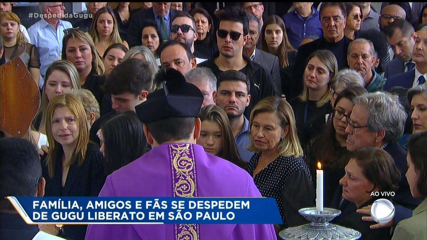 Familiares e amigos participaram de uma cerimônia antes do corpo de Gugu ser levado ao cemitério