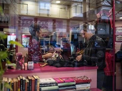 Bookcrossing al punto ZYP sartoria rapida di San Giovanni a Roma. Approfittate della nostra piccola libreria condivisa!