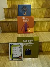 Photo: Domingo de libros, domingo de Ruta Librera. Hoy nos quedamos en España y viajamos a Santander, a conocer la LIBRERÍA GIL  Fundada por Florentina Soto en 1967 en un pequeño local, poco se imaginaba que a día de hoy su legado constaría de cuatro librerías (me dirán que tres, pero yo os aseguro que he comprado en las cuatro, así que cuatro son) llevadas por sus cuatro hijos. Una mujer que supo inculcar la pasión por los libros a sus hijos, la relación con los lectores, los escritores, otros libreros... que han mantenido y convertido en el sello del lugar. Hoy sigue siendo un punto de encuentro para amantes de las letras de uno y otro lado en el que te puedes encontrar con cualquiera y cualquiera puede recomendarte un libro. Una zona cuyos cuidadísimos escaparates ya nos dan una pista de lo que nos podemos encontrar. Pero vayamos a la situada en Hernán Cortés, en la Plaza de Pombo. Allí accedemos a un lugar en el que lo primero que nos encontramos es la zona infantil, porque todos empezamos a ser lectores en nuestra más tierna infancia. Una zona visualmente llamativa, con Mafalda, piratas, banderines y algún monstruo nos dan la bienvenida a un mundo de fantasía en el que las mesas bajas repletas de libros invitan también a los mayores a acercarse a las últimas novedades. Pero el lector amante de las letras lo tiene claro, hay que subir a la izquierda a la zona superior. Allí los libros se reparten entre mesas y estantes, frases y estancias, para dar lugar a un ambiente de sortilegio por la luz que se recibe por las ventanas. Y allí está mi librera, Paz, os diría que sentada en su lugar... pero posiblemente esté en pie, enseñando un libro o tal vez viendo ella otro que un cliente la esté recomendando. Poesía, ensayo, narrativa de todos los rincones, zonas de viajes y actividades: talleres de lectura, talleres infantiles, exposiciones, conferencias, firmas... y un sin fin de posibilidades en una sala cuyas paredes nos enseñan otras librerías en fotografías que les 