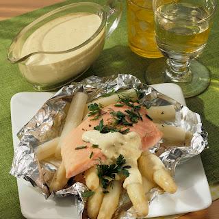 Spargel-Kräuter-Lachs mit Senf-Hollandaise