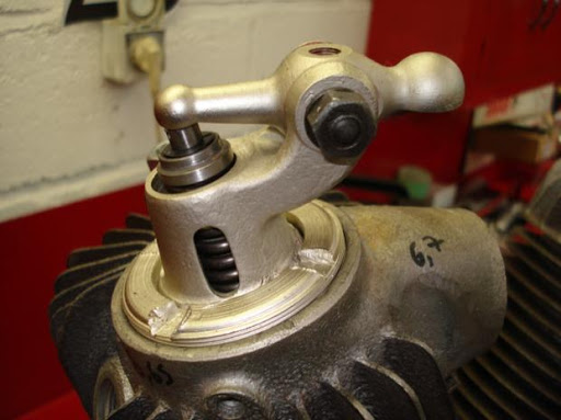 detail-de-la-soupape-d-admission-d-une-harley-davidson-modele-jd-chez-machines-et-moteurs