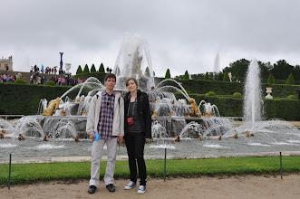 Photo: Latonina fontána (Bassin de Latone). Nejvýraznější fontána ve Versailles, kterou nelze minout díky jejímu strategickému postavení pod hlavním schodištěm, vznikla v roce 1670 a nahradila tak bazén, který tu stál již v době Ludvíka XIII. V roce 1689 byla modifikována. Nádherná fontána skýtá mytologicko-politický výjev: Anne d'Autriche matka Ludvíka XIV. (Latone) ochraňuje svého syna (Apollon) před frondisty (obojživelníci).