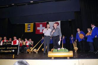 """Photo: Urs und Paul stellen die Alphorngruppe Onoldswil vor, auch über den Namen Onoldswil. Der letzte Vortrag der Alphornbläser spielen sie gemeinsam mit der SGFT    """" de Hobbysenn"""""""