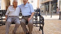 En un banco, Juan Miguel Morata (izquierda) y Antonio Soler (derecha) posan para la foto. Ricardo alba