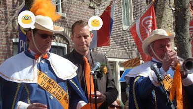 Photo: De herauten van Vlieland met burgemeester Haan.