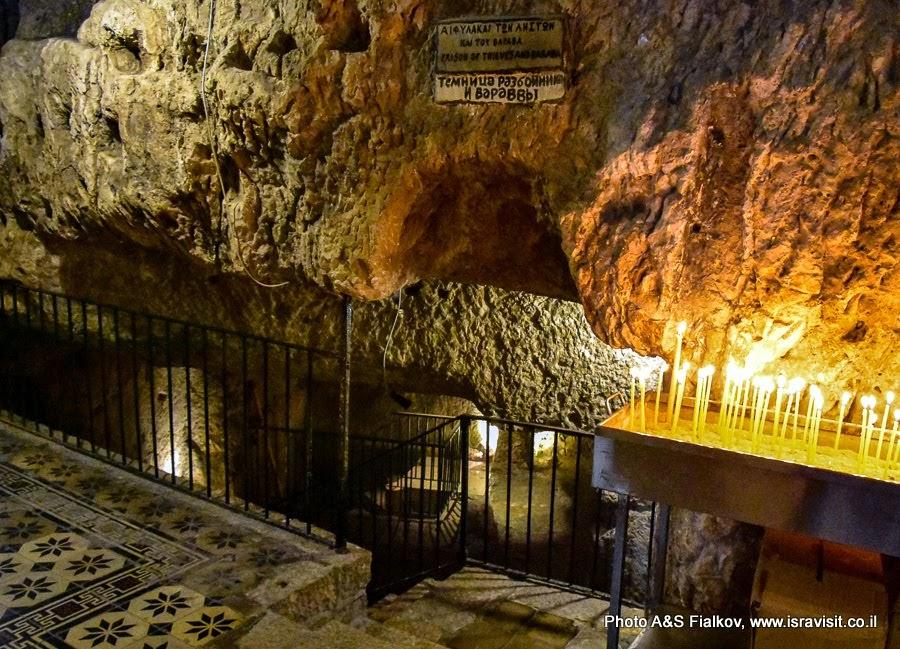 Темница Христа. Внутри две пещеры. В одной содержался перед казнью разбойник Варава, во второй - Иисус Христос. Экскурсия в Иерусалиме.