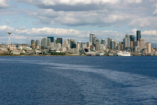seattle-skyline.jpg - The skyline of Seattle seen during the sailaway of ms Oosterdam.