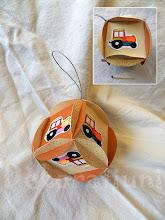 Photo: Glob cu tractoraşe, glob pentru copii cartoane de diferite nuanţe de ocru, piese realizate manual, agăţătoare din şnur argintiu tractoraşe realizate din ştampile şi colorate manual, decoraţiunile cu sclipici realizate manual  Dimensiuni 8 cm x 8 cm realizat de Maia Martin Se poate folosi la decorarea casei de sărbători, la decorarea bradului de Crăciun, ca mărturii botez Preţ: 8 lei În stoc: 1 bucată  http://dekoratiuni.blogspot.ro/2014/05/glob-cu-tractorase.html