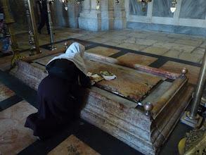 Photo: Statie 14: Jezus wordt in het graf gelegd. Dit is het eindstation van de Via Dolorosa.
