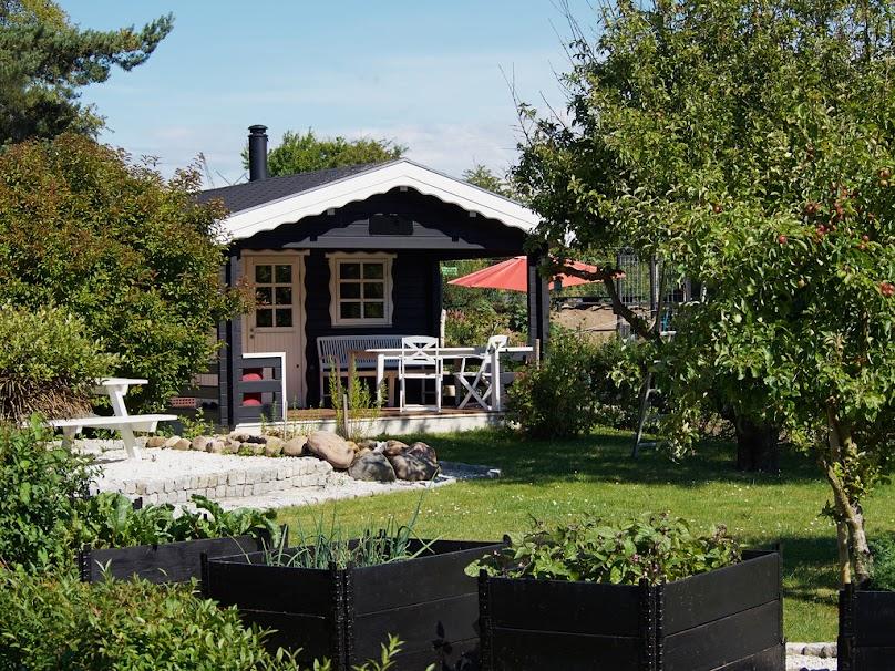 Najlepszym sposobem jest pokrycie altany ogrodowej dachem płaskim o małym spadku umożliwiającym odpływ wody