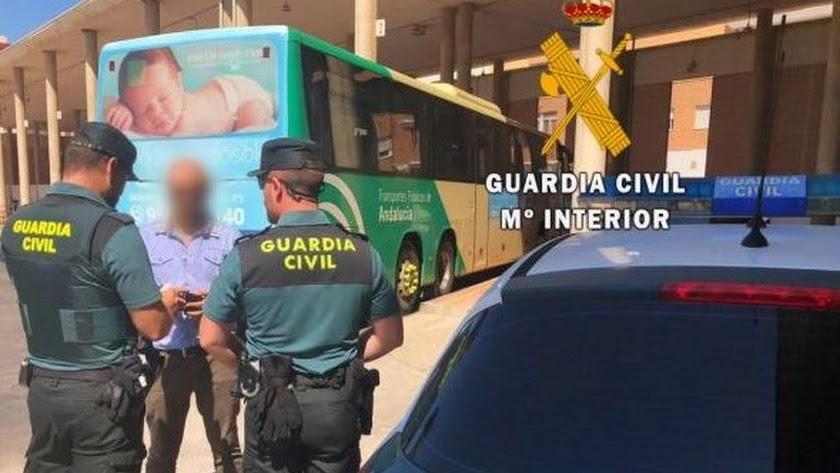 Los agentes evitan que el autor abandone Roquetas.