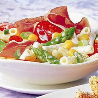 Nudelsalat mit grünem Spargel und Prosciutto