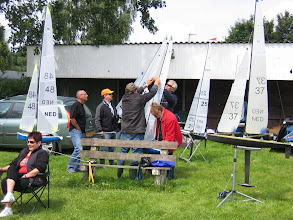 Photo: Zeilers helpen elkaar om de boot zo goed mogelijk te trimmen.