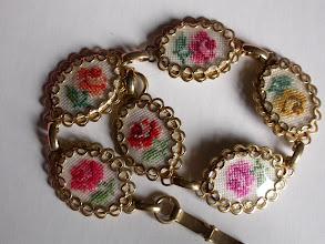 Photo: Il braccialetto con medaglie: ogni medaglia ha una rosellina di colore diverso