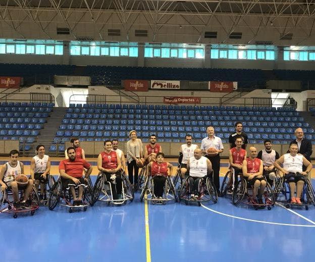 Los componentes del equipo posan con la consejera Martínez-Cachá, el director general de Deportes, Alonso Gómez, y el concejal de Murcia, Felipe Coello.