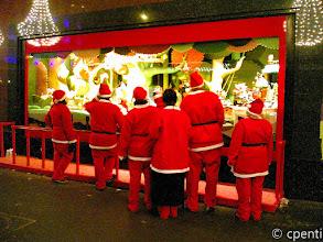 Photo: Paris (France) - Anche i Babbo Natale... / Even Santas...