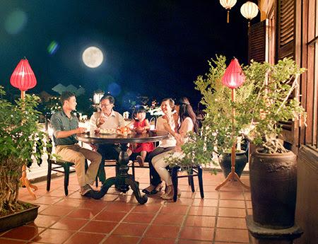 gia đình ngắm trăng và thưởng thức  bánh đêm trung thu