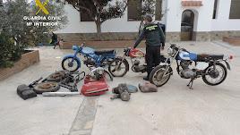 Un agente junto a a algunas de las piezas recuperadas.