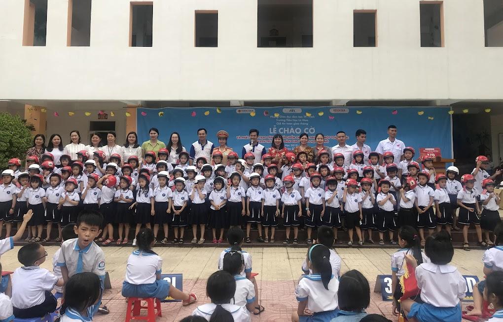 Honda Hưng Phát trao tặng mũ bảo hiểm cho các em học sinh lớp Một - Trường tiểu học Lê Mao