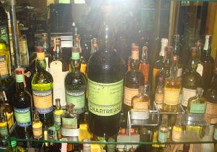 Photo: ͅQue de flacons ! Dans les années 1950-60, des chartreuses de contenances variées...  http://delachartreuse.blogspot.com/2011/05/chartreuse-collection.html (merci à Marc)