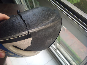 Photo: El casco. Esta es la razón por la que uno debe usar el casco así sea para ir a la esquina, y bien abrochado. Si no fuera por el casco estoy seguro que no estaría contando el cuento. Pobrecito, fueron 17 años y medio de fiel servicio, RIP Bell :(