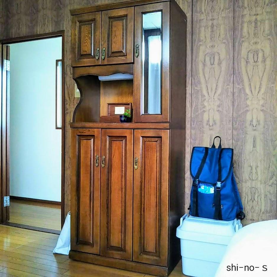 入口近くにある背の高い家具