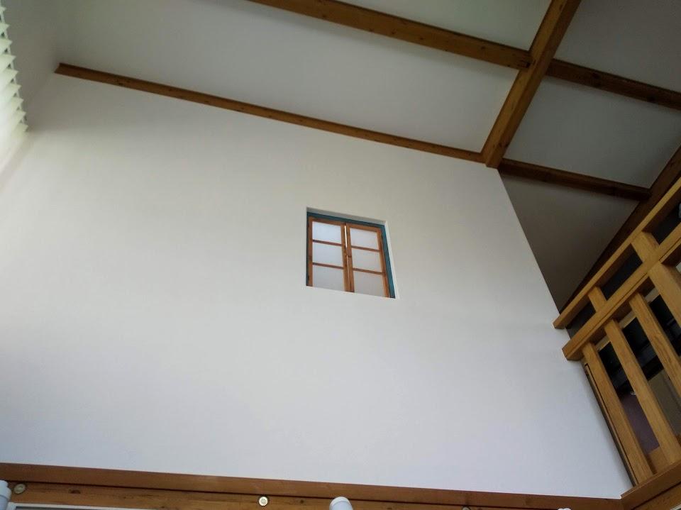 一階から見上げる室内窓