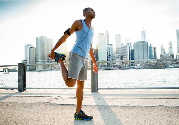 Dù đi hay chạy bộ, bạn cũng cần khởi động làm nóng cơ thể trước khi tập