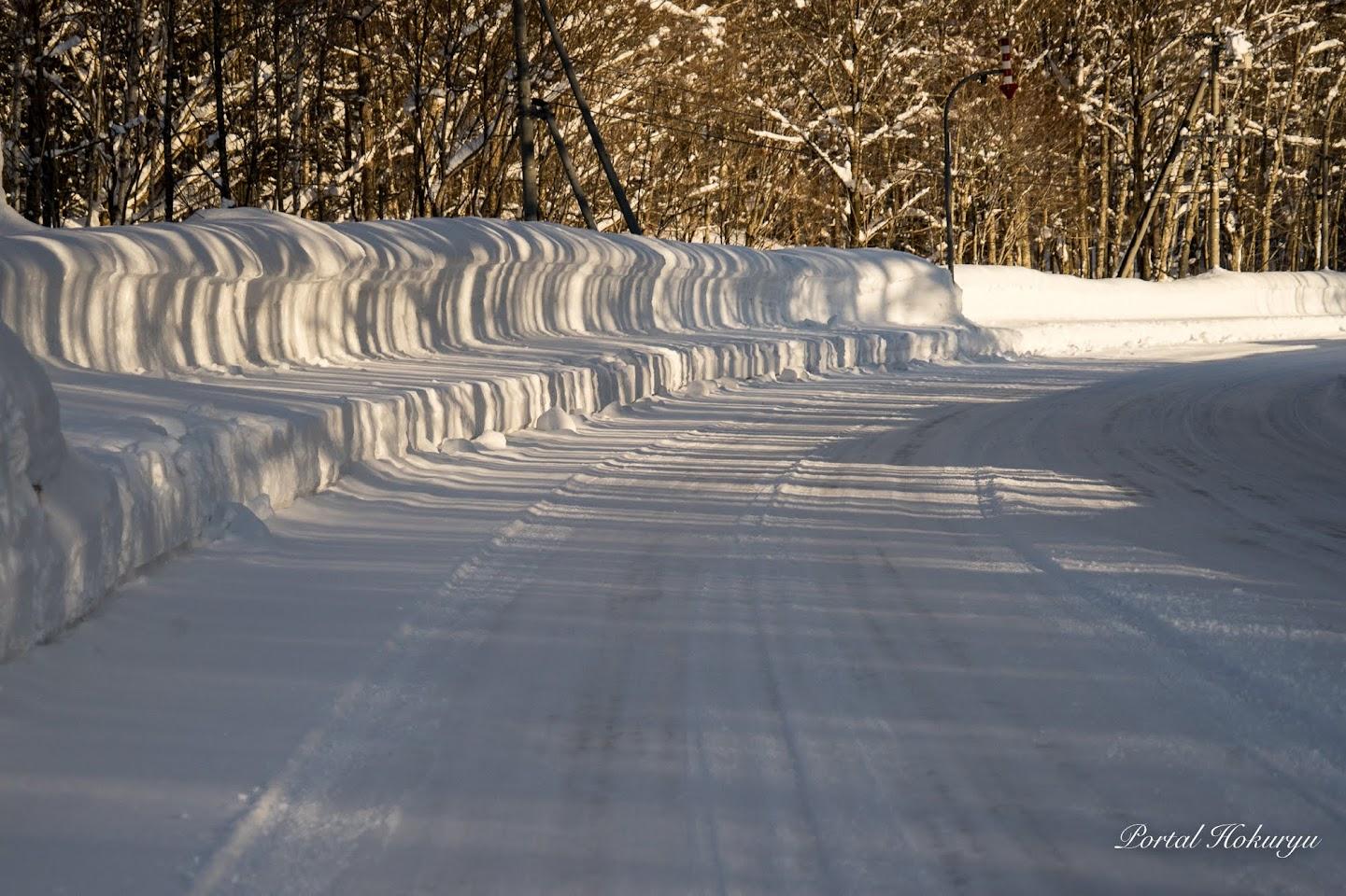 雪壁に映る影模様