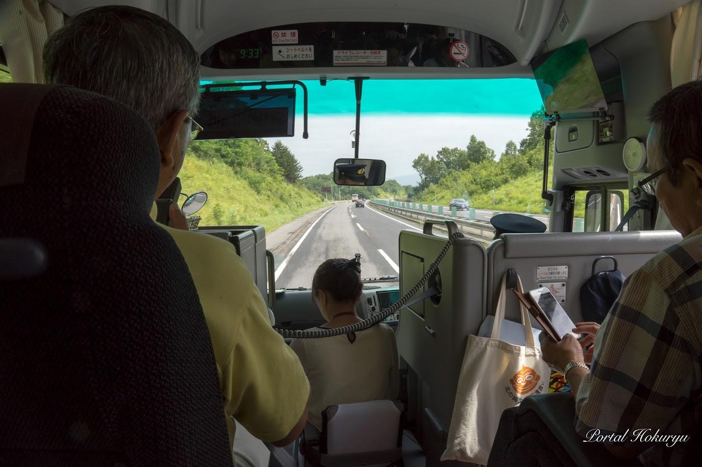 北竜町へ向うバスの中での佐野町長のガイド