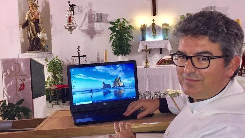 Miguel José de la Santa Cruz en la parroquia junto al ordenador.