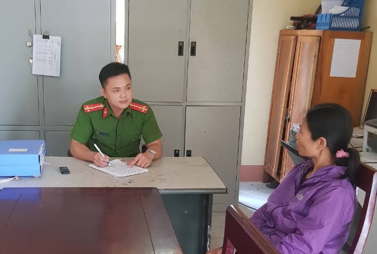 Thượng uý Vi Văn Tuyết tiếp nhận tin báo tố giác tội phạm từ người dân