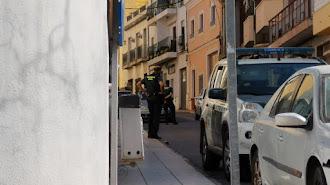 La Guardia Civil, en el bloque del paciente cero de este cuarto brote, en Berja.