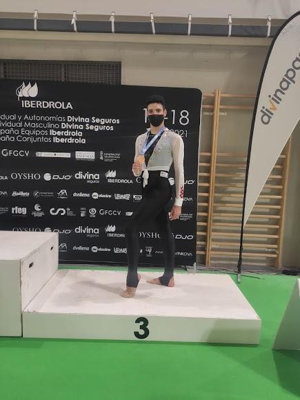 Adrián Munuera con su medalla de bronce.