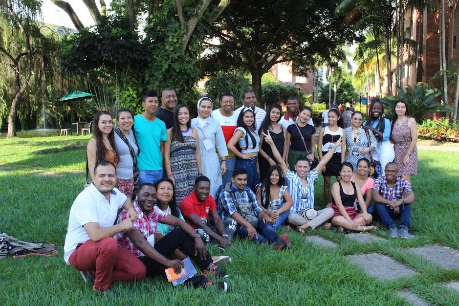Foto de familia de quienes participaron en el Taller de Herramientas para la Comunicación 2019 en una zona verde de la Universidad Autónoma de Occidente, al sur de Cali.