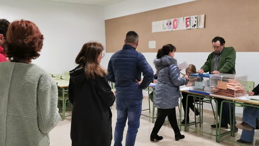 Votantes, en colegio electoral instalado en el IES Martín García Ramos.