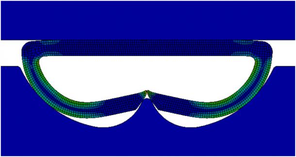 ANSYS Распределение относительных пластических деформаций по полностью сжатой скобе, полученное в явном решателе (синий цвет соответствует нулевым деформациям)
