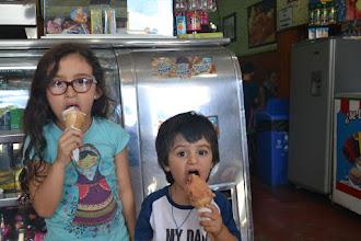 Photo: Felices comiendo helados