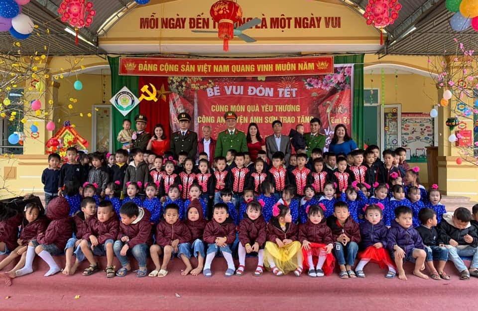 Công an huyện Anh Sơn tặng quà và chúc Tết giáo viên và học sinh trường mầm non Bình Sơn