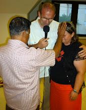 Photo: Jacob a lelkipásztor-házaspárért imádkozik
