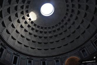 Photo: 4: En la cúpula tiene un óculo de 9 metros de diámetro que unos dicen que representa el sol durante el día y la luna durante la noche. Sabemos por el historiador Dion Casio (155-229 d.C.) que algunos pensaban en la antigüedad que la cúpula del Panteón simbolizaba la cúpula celestial, la casa de los dioses.