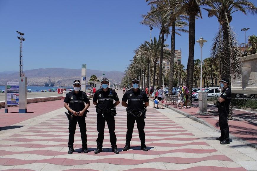 Policía Local en el Paseo Marítimo de Almería.