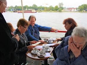 Photo: In kleine groepjes worden de stellingen over vrijwilligerswerk beantwoord
