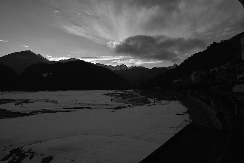 Lago di Barcis al tramonto con la prima neve. di Matteo Faliero