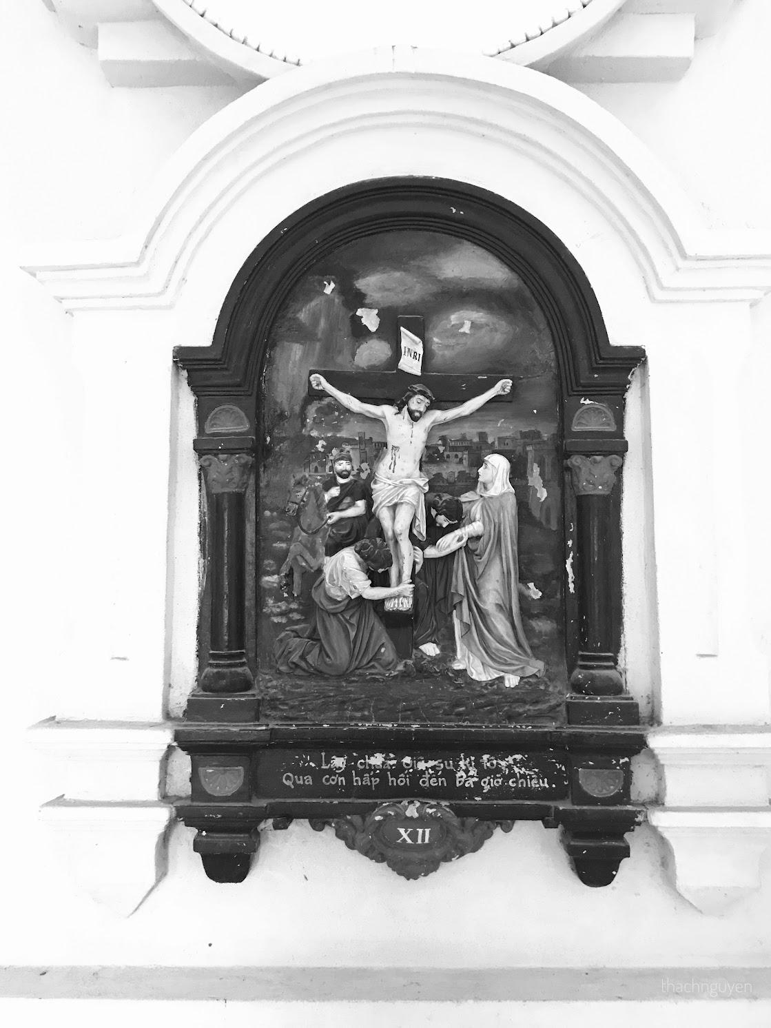 bức phù điêu trên tường đan viện