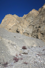 Photo: Au pied du mamelon détritique dans le méandre de la Dhechyang khola