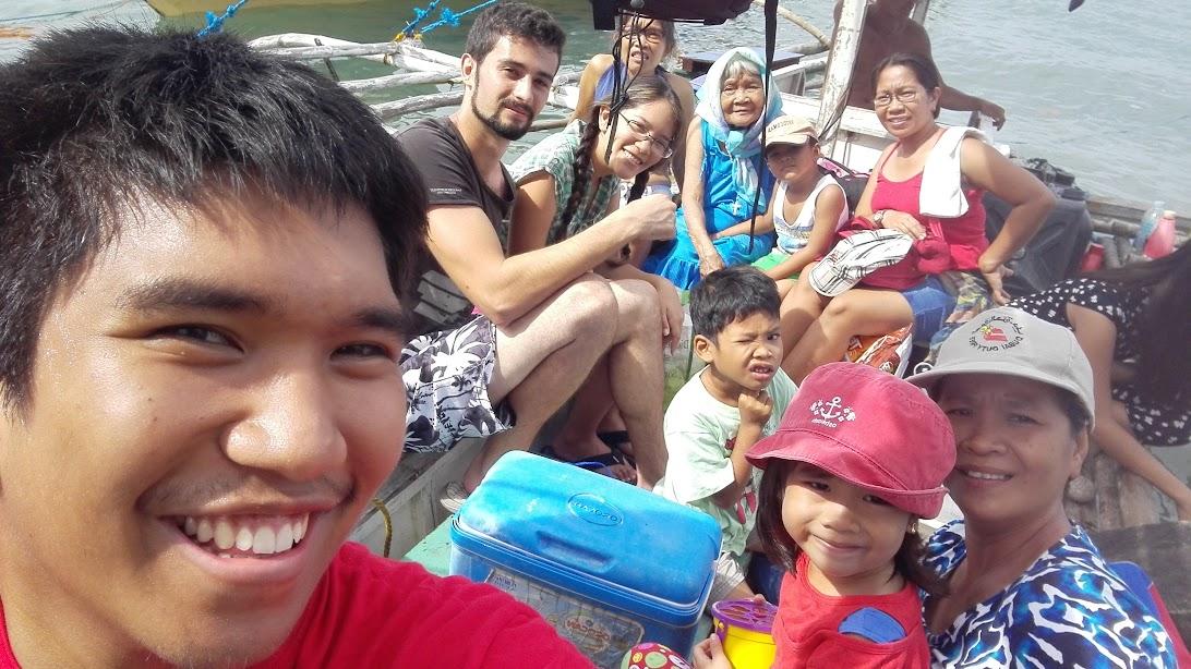 En familia en barca en Filipinas